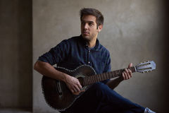 Jonge talent het praktizeren gitaar royalty-vrije stock afbeeldingen