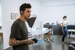 Jonge tattooist in zijn tatoegeringsstudio royalty-vrije stock fotografie