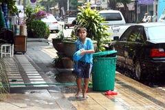 Jonge Thaise jongen met waterkanon op Songkran-festival Thais Nieuwjaar stock afbeeldingen