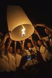 Jonge Thaise Mensen die Hemellantaarn lanceren Royalty-vrije Stock Foto