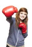 Jonge tiener die bokshandschoenen het glimlachen draagt stock foto's