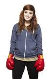 Jonge tiener die bokshandschoenen het glimlachen dragen stock fotografie