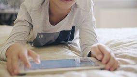 Jonge tiener die digitale tablet in bed bekijken stock footage