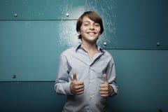 Jonge tiener die twee duimen toont Stock Afbeelding