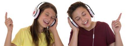 Jonge tiener of kinderen die aan muziek luisteren Stock Foto