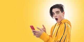 Jonge tiener met mobiele telefoon royalty-vrije stock afbeeldingen