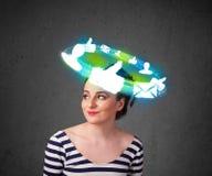 Jonge tiener met wolken sociale pictogrammen rond haar hoofd Stock Foto's