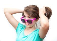 Jonge tiener met zonnebril en houding Royalty-vrije Stock Foto's