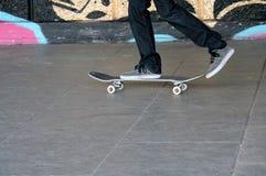 Jonge tiener op skateboard in vleetpark Stock Foto's