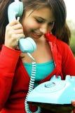 Jonge tiener op telefoon royalty-vrije stock foto's