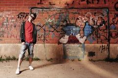 Jonge Tiener tegen Muur Graffiti Royalty-vrije Stock Afbeeldingen