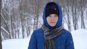 Jonge tienergangen in de winterbos stock videobeelden