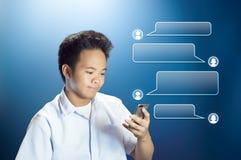 Jonge Tienerstudent Texting die Zijn Smartphone met Ontworpen Gespreksdoos gebruiken royalty-vrije stock afbeelding