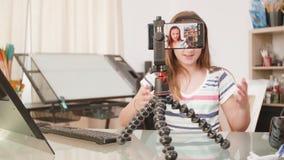 Jonge tienervlogger die een nieuwe video voor haar kanaal maken stock footage