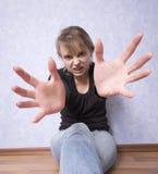 Jonge tienervrouw in handeling aan aanval stock afbeelding