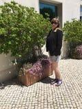 Jonge Toerist buiten Echt Oeiras-Hotel in Lissabon Riviera Stock Afbeeldingen