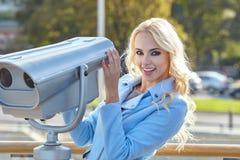 Jonge toerist die de observatiedek i gebruiken van de telescooptoren Royalty-vrije Stock Fotografie