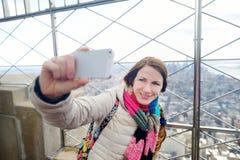 Jonge toerist die een selfie in New York nemen stock afbeeldingen