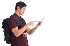 Jonge toerist die die een tabletpc met behulp van op een wit het knippen klopje wordt geïsoleerd stock afbeelding