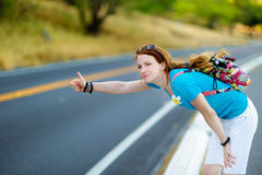 Jonge toerist die langs een weg liften Royalty-vrije Stock Afbeelding