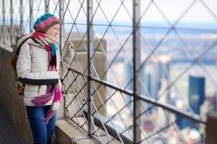 Jonge toerist die van de mening van New York genieten stock afbeelding