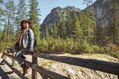 Jonge toeristen in de Alpen stock afbeeldingen