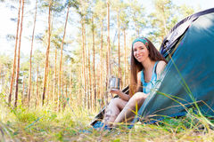 Jonge toeristen in het hout royalty-vrije stock foto's