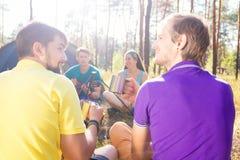 Jonge toeristen in het hout royalty-vrije stock afbeeldingen