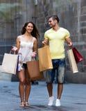 Jonge toeristen in het winkelen reis Royalty-vrije Stock Afbeelding
