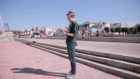 Jonge toeristenmens die kaart op zijn tablet gebruiken die in de stad lopen stock video