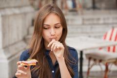 Jonge toeristenvrouw die authentieke pizza in openlucht eten Royalty-vrije Stock Foto
