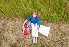 Jonge toeristenvrouw die op gebied rust. Royalty-vrije Stock Fotografie