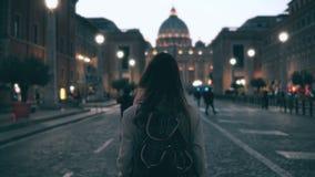 Jonge toeristenvrouw die in Piazza Di spagna dichtbij de Heilige Peter Cathedral lopen Meisje die, gezichten onderzoeken rond kij Royalty-vrije Stock Foto's