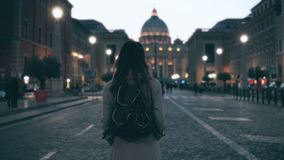 Jonge toeristenvrouw die in Piazza Di spagna dichtbij de Heilige Peter Cathedral lopen Meisje die, gezichten onderzoeken rond kij Stock Fotografie
