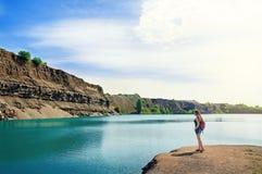 Jonge Toeristenvrouw die zich op het meer in de Ochtend bevinden De zomerachtergrond Royalty-vrije Stock Foto's