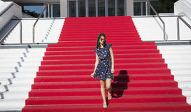 Jonge toeristenvrouw op het Rode tapijt in Cannes, Frankrijk Stairs van bekendheid Stock Afbeelding