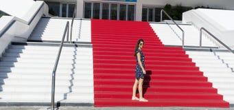 Jonge toeristenvrouw op het Rode tapijt in Cannes, Frankrijk Stairs van bekendheid Stock Foto's