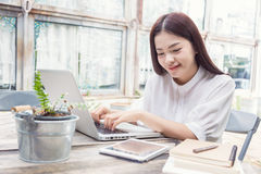 Jonge toevallige Aziatische vrouw die technologie gebruiken Royalty-vrije Stock Afbeelding