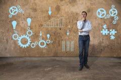 Jonge toevallige bedrijfsmens die problemen oplossen Stock Foto
