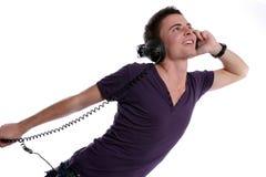 Jonge toevallige mens die aan muziek luistert Stock Foto