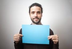 Jonge toevallige mens die een blauw teken houden stock afbeeldingen