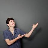 Jonge toevallige mens die iets voorstellen Stock Afbeeldingen