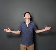 Jonge toevallige mens die iets voorstellen Stock Fotografie