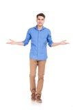 Jonge toevallige mens die terwijl het welkom heten van u lopen royalty-vrije stock foto