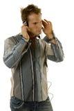 Jonge toevallige mens het luisteren muziek stock afbeelding