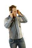 Jonge toevallige mens het luisteren muziek stock foto's