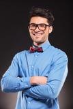 Jonge toevallige mens met glazen het glimlachen Stock Foto's