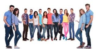 Jonge toevallige mensen die u uitnodigen om van hun team lid te worden stock fotografie