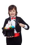 Jonge tovenaar die een Pasen-truc uitvoeren Stock Foto