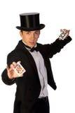 Jonge tovenaar die met kaarten presteert Stock Foto's